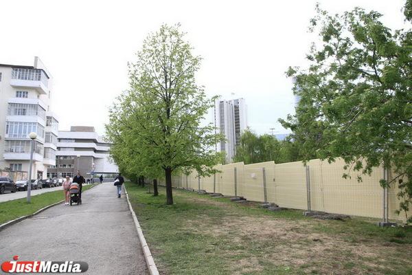 Сносить забор в сквере у театра Драмы не будут, чтобы не провоцировать сторонников храма