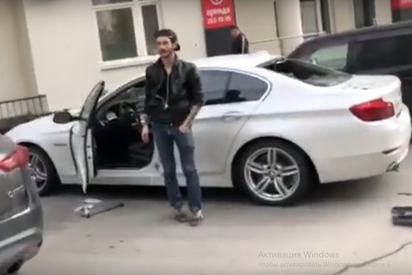 «Защитник сквера» разбил окно и залез в машину екатеринбургского журналиста Дмитрия Колезева. ВИДЕО
