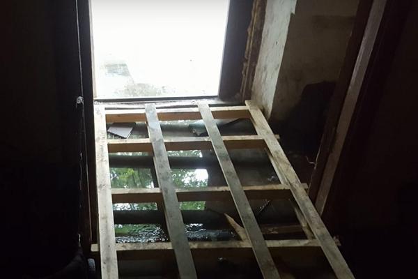 В Екатеринбурге из-за прорыва трубы подъезд дома на Бахчиванджи затопило фекалиями