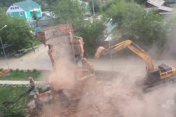 В Екатеринбурге завершился снос водонапорной башни на улице Червонная