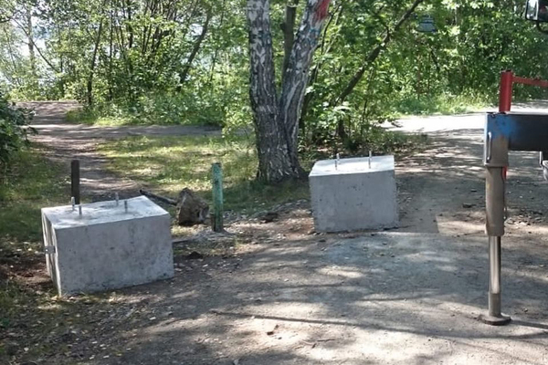 На Шарташе бетонными блоками перегородили подъезды к воде