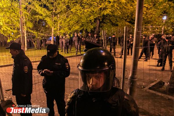 Силовики проводят обыски по делу о стихийных митингах в сквере у Драмы