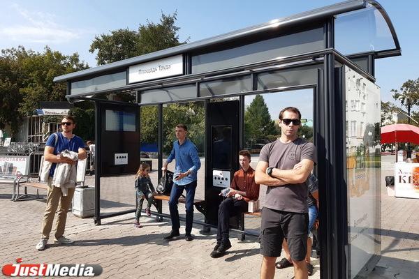 В Екатеринбурге открыли «умную остановку» с разъемами для зарядки и тревожной кнопкой