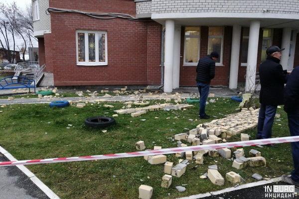 В Пионерском поселке во время урагана обрушился фасад новостройки
