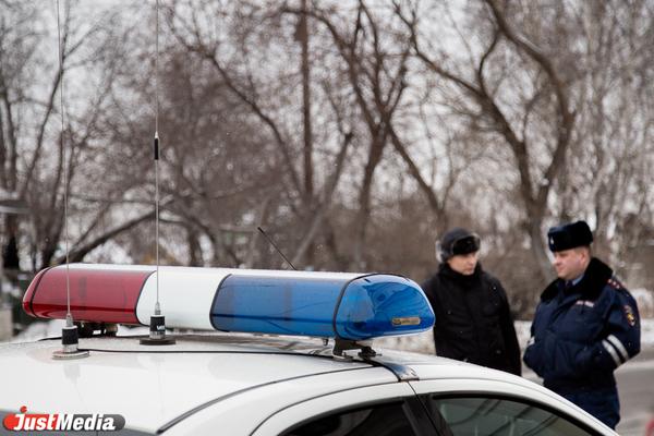 В Екатеринбурге полиция изучает видео с камер с места, где неизвестный напал с ножом на парня
