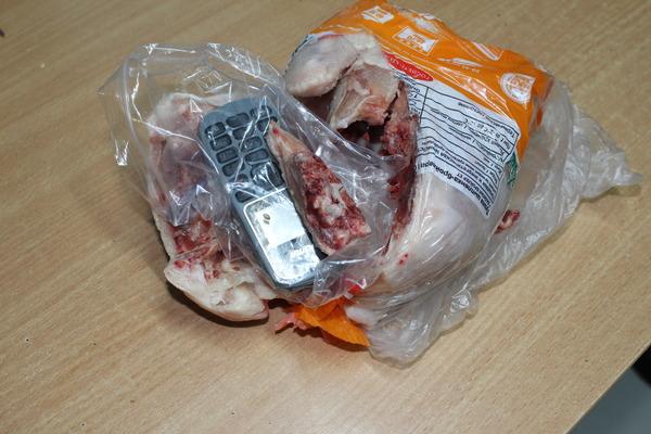 Уралочка пыталась передать в исправительную колонию курицу, фаршированную телефоном