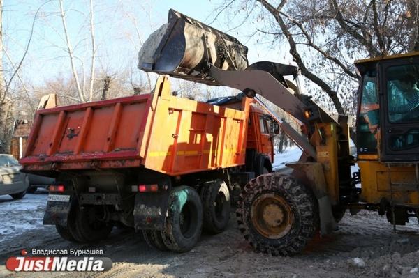 На дороги Свердловской области вышли более 400 снегоуборочных машин