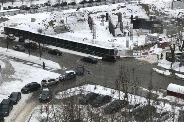 В Екатеринбурге две улицы рядом со зданиями правительства и заксо залило холодной водой