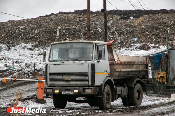 Тлеющую свалку на Коммунистической засыплют снегом