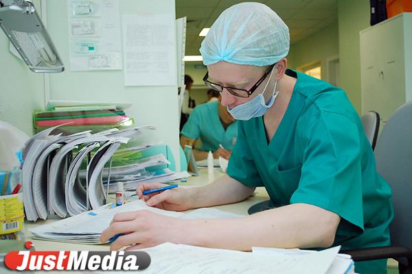Несмотря на усиление мер по борьбе с коронавирусом, к екатеринбуржцам на карантине приходят врачи без масок и перчаток