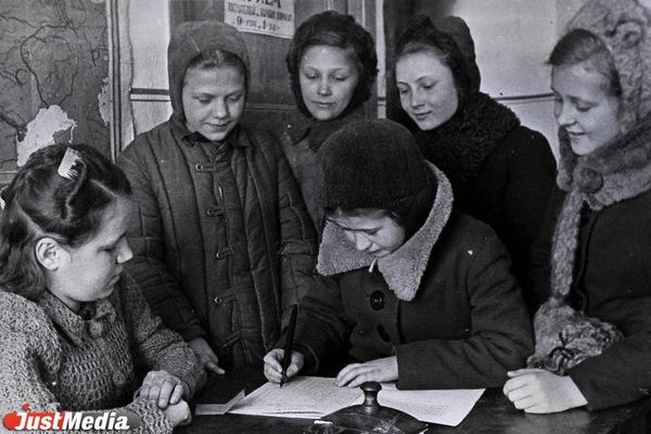 Тимуровцы получают ордера на промтовары и дрова для подшефных семей. ФОТО: Свердловский госархив