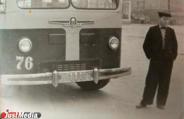 Водитель троллейбуса на фоне МТБ-82, конец 1950-х годов.