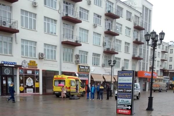 На Вайнера молодой человек сорвался с крыши здания