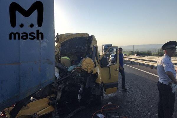 В Крыму столкнулись микроавтобус и грузовик, восемь человек погибли