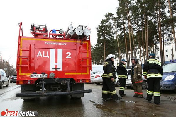 Ночью в Екатеринбурге из горящей дясятиэтажке двери эвакуировали 40 человек