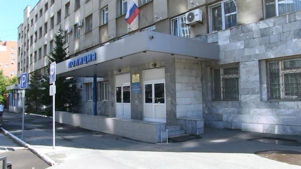В Екатеринбурге мужчина с заточкой ограбил офис микрозаймов и снял женщины-менеджера украшения