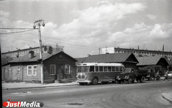 Денег и запчастей нет, начались массовые увольнения. О том, как екатеринбургские автобусники встретили 1990-е годы, в спецпроекте «Е-транспорт»
