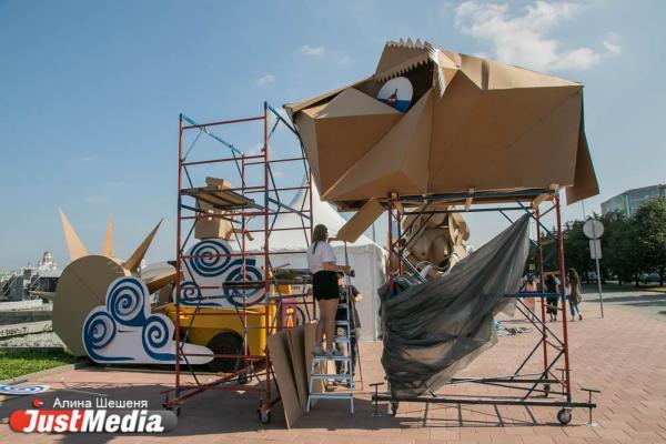 Сквер у Драмы заставили гигантскими масками, креслами и гримерными зеркалами