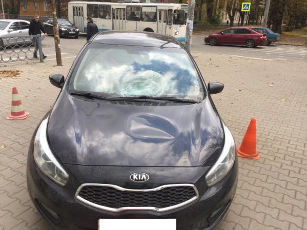 В Екатеринбурге пьяный водитель Kia Ceed выехал на тротуар, где сбил трех пешеходов