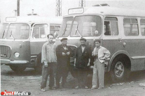 Водители лавировали в пробках, а в салонах вновь появились кондукторы. Как работали екатеринбургские автобусники в середине 1990-х годов в спецпроекте «Е-транспорт»