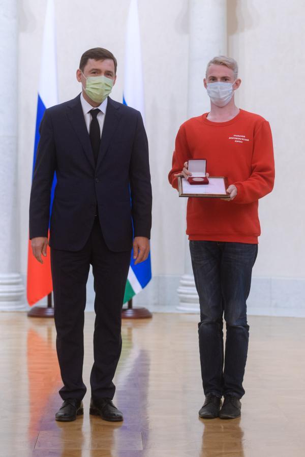 Евгений Куйвашев вручил медали свердловским волонтерам за вклад в организацию Общероссийской акции #МыВместе