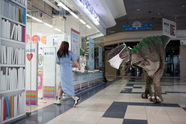 Динозавры в огромной маске и розовой пачке прогулялись по Екатеринбургу