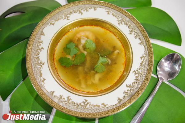 В Екатеринбурге известный тайский шеф-повар провела мастер-класс по приготовлению том яма