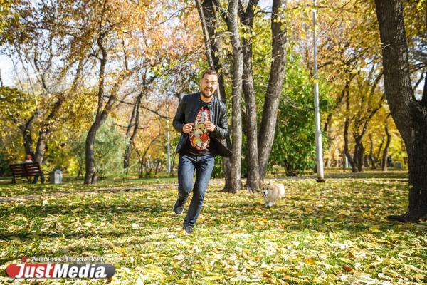Радиоведущий Сега Скворцов и его Лосось: «Осенью на улицу я беру с собой шапку, шарф, свитер или собаку. Она теплая, и от нее всегда хорошо». В столице Урала +14