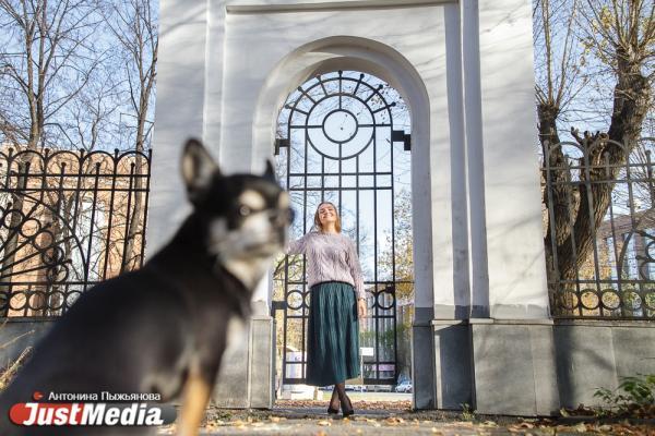 Владелица ателье Карина Зайцева и ее Джими: «Скоро похолодает. Чтобы мой пес не мерз на прогулках, я вяжу для него свитерочки». В пятницу Екатеринбурге +15
