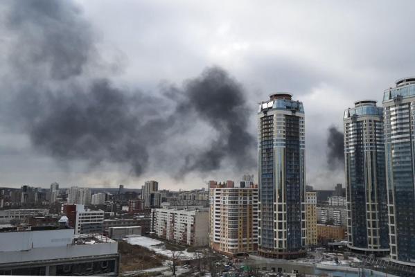 В Екатеринбурге на Щорса полыхает фасад строящейся многоэтажки