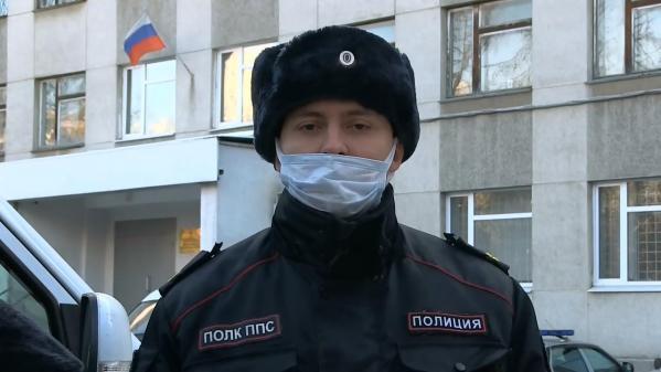 В Екатеринбурге полицейские спасли из горящего дома мужчину и его собаку
