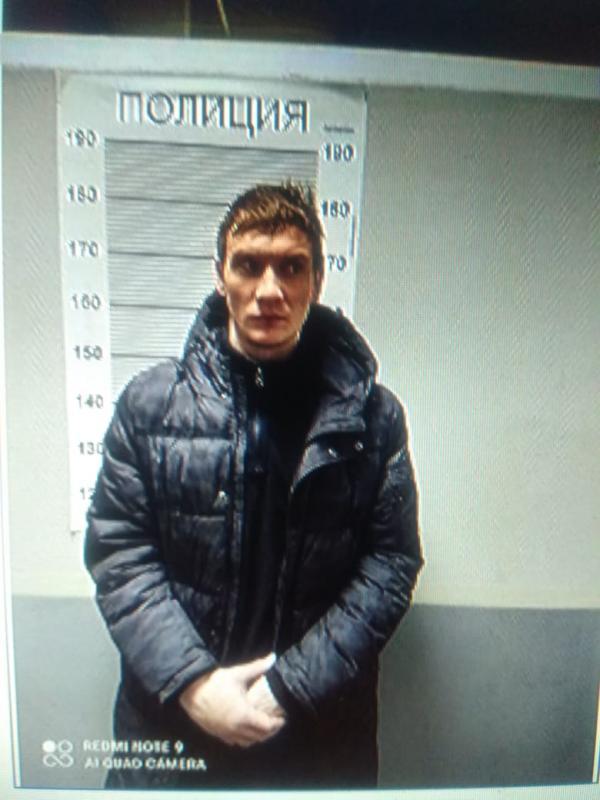 В Екатеринбурге трое мужчин, угрожая хозяйке ножом и пистолетом, вынесли из квартиры телефоны, телевизор и футбольный мяч
