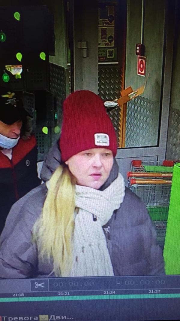 В Екатеринбурге разыскивают пару, которая украла забытую покупателем в магазине барсетку с документами и деньгами