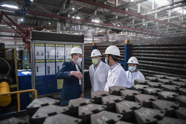 Евгений Куйвашев проинспектировал фабрику, пережившую коронакризис, благодаря поддержке областных властей
