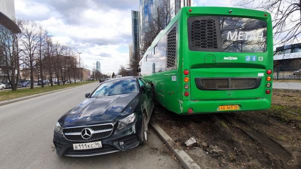 В центре Екатеринбурга столкнулись муниципальный автобус и «Мерседес»