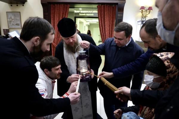 Благодатный огонь из Храма Гроба Господня прибыл в Екатеринбург