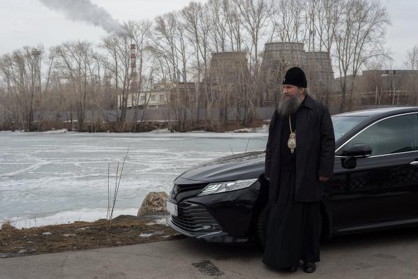 Екатеринбургский митрополит Евгений снялся для журнала в черной «Тойоте Камри»
