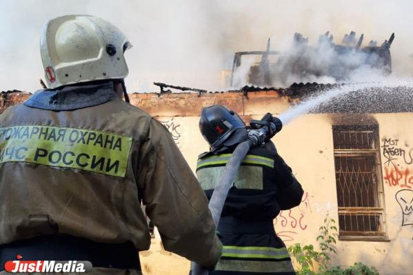В центре Екатеринбурга новый крупный пожар: на Бажова горят мастерские художников