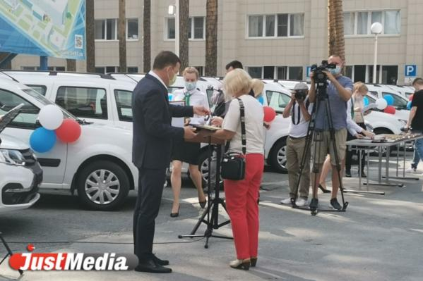 Губернатор вручил больницам региона ключи от 48 новых санитарных автомобилей