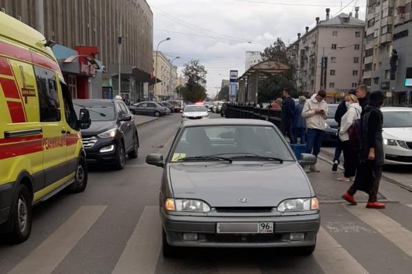 В центре Екатеринбурга ВАЗ подбил мотоциклиста