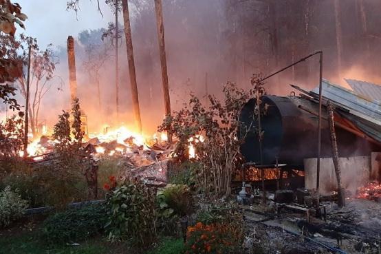 Ночью под Екатеринбургом горели два СНТ. В одном погиб ребенок, в другом сгорели восемь садовых домиков
